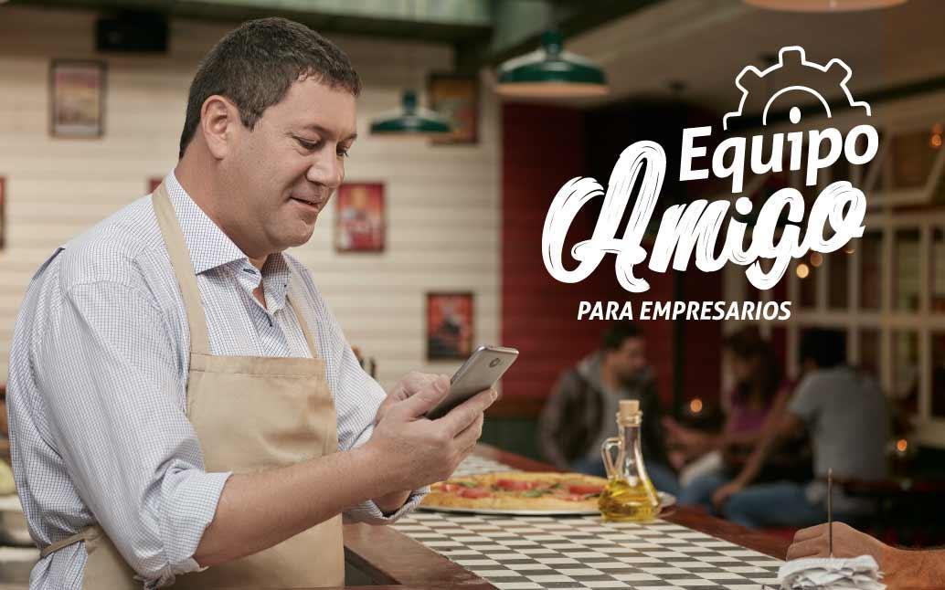 Microempresario con su celular, viendo piezas de marketing de su marca