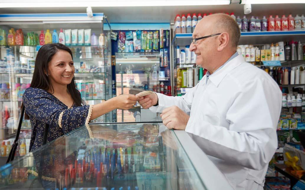 Mujer feliz al ser atendida en uno de nuestros corresponsales bancarios.