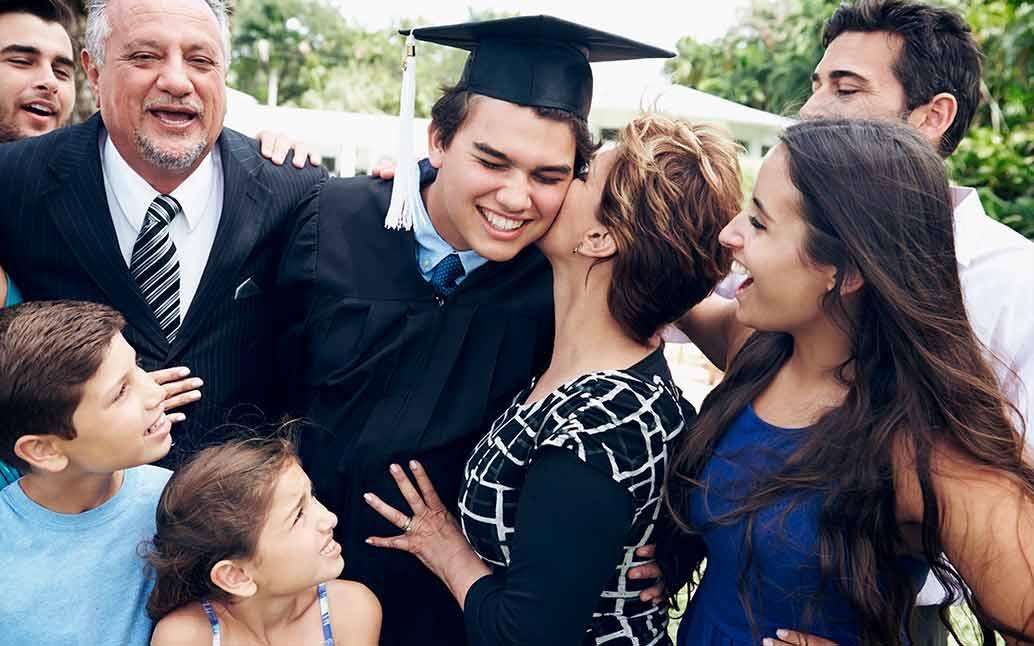 Familia emocionada en el grado de su hijo, ahorraron para su futuro.