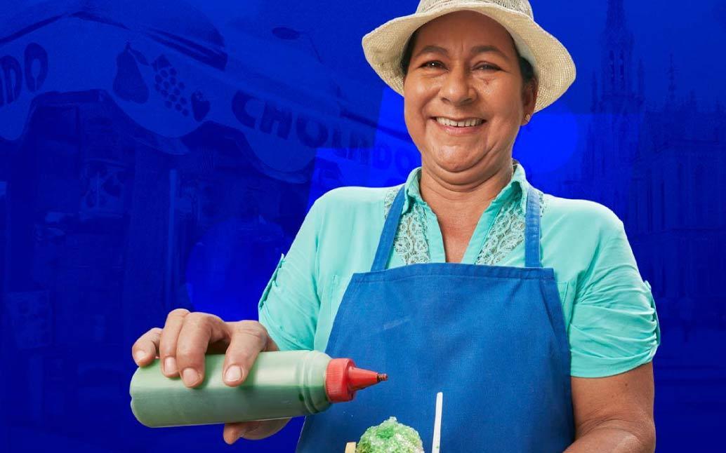 Imagen de micro empresaria muy feliz porque sabe que el ahorro la ayuda a progresar