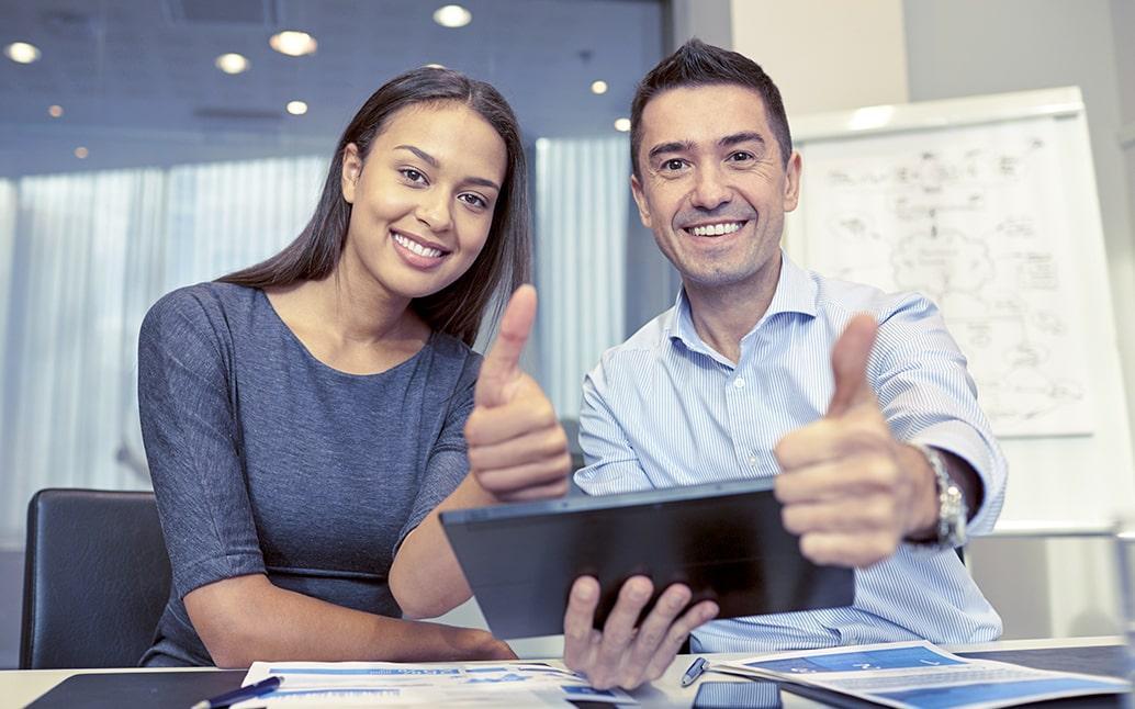 Persona conociendo opciones financieras sobre diferentes créditos
