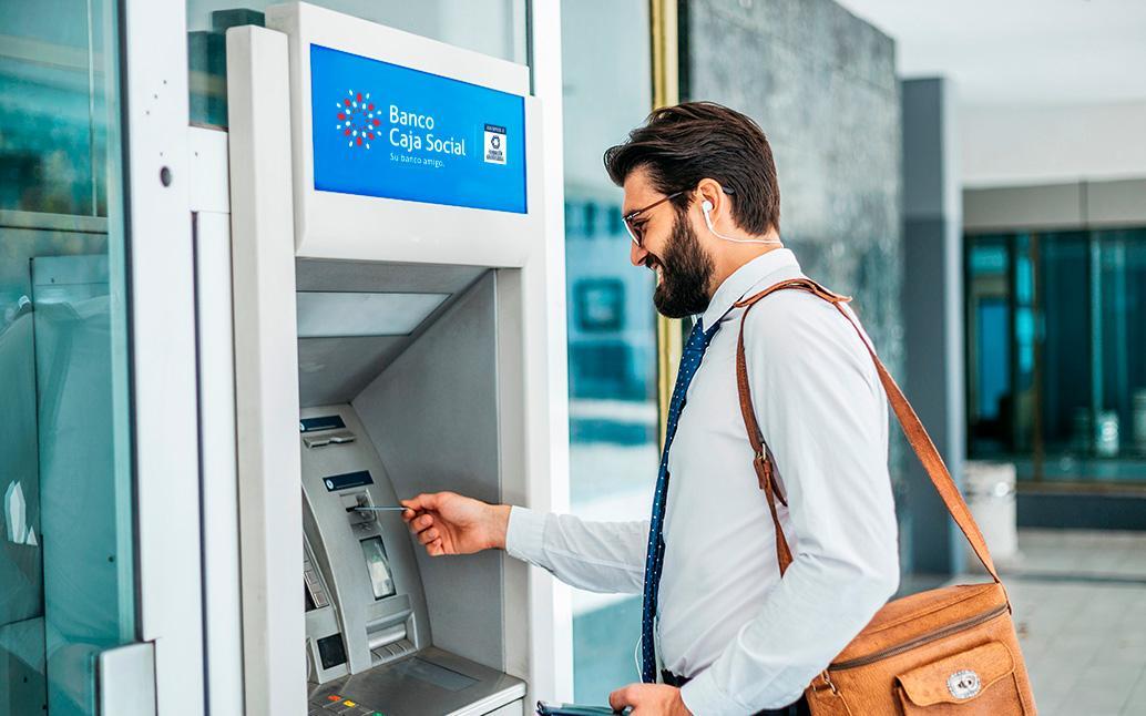 Usuario retirando dinero de un cajero automático